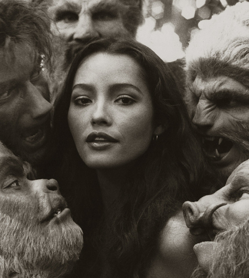 Beauty-Barbara-Carrera-surrounded-by-beasts